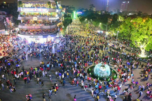 Khu vực bờ hồ Hoàn Kiếm là một trong những nơi truy cập internet miễn phí