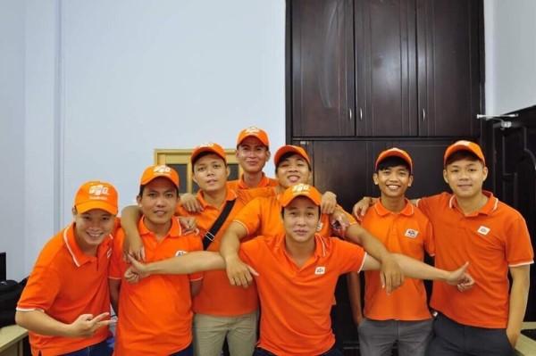 Mọi nhân viên FPT Telecom đều có đồng phục màu cam, thẻ nhân viên và sử dụng phần mềm Mobi sale